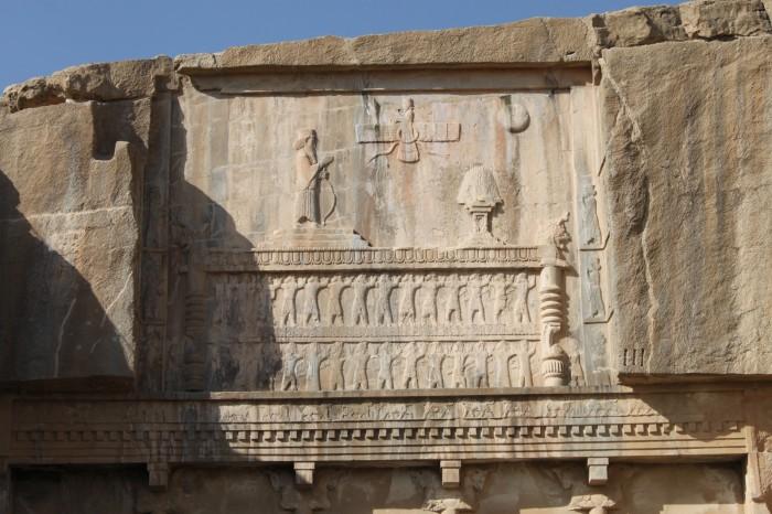Frise du tombeau d'Artaxerxes III qui surplombe le site de Persepolis