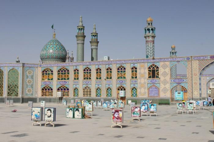 Les portraits des martyres de la guerre Irak-Iran devant Shahzadeh-ye Ibrahim