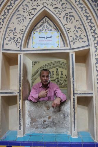 Guide dans le Hamman e-Sultan Mir Ahmad
