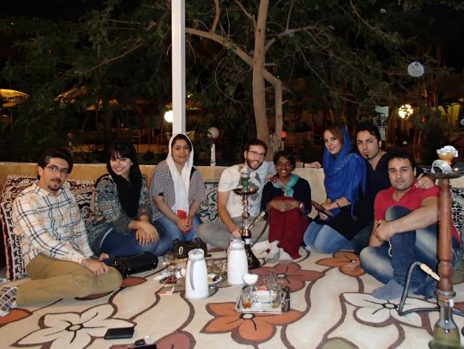 Fumer la chicha avec les amis de Bahar