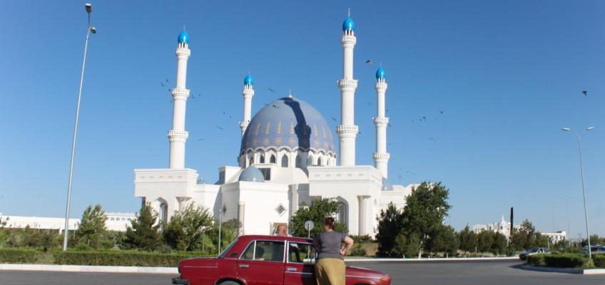 Une Lada devant une mosquée à Mary