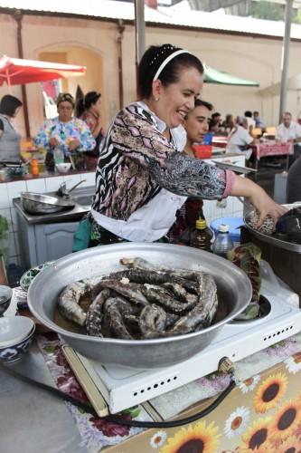 Vendeuse au bazar de Chorzu à Tashkent