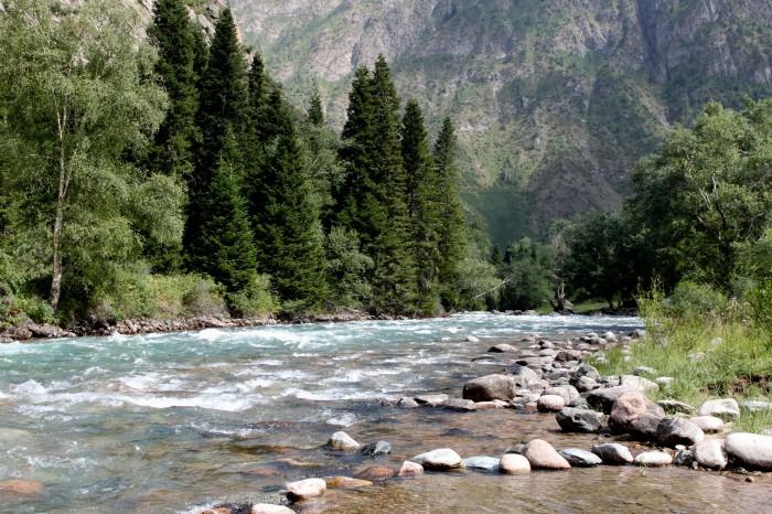 Une rivière au Kirghizstan, entre Osh et Bishkek