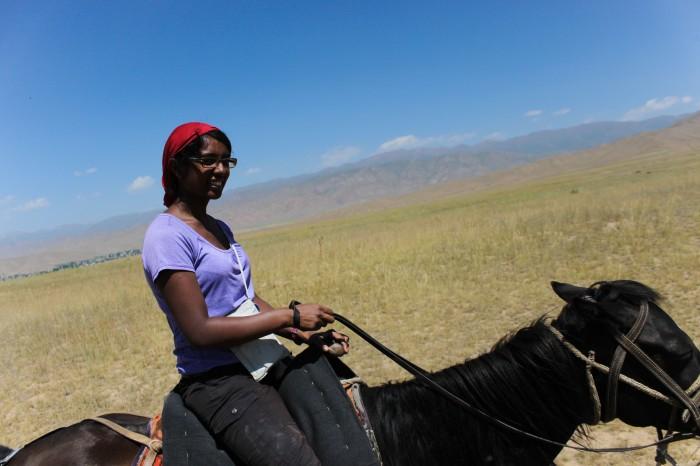 Sophie et son cheval au Kirghizstan