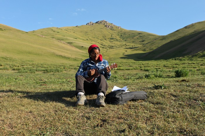 Sophie joue du ukulélé dans les montagnes kirghizes