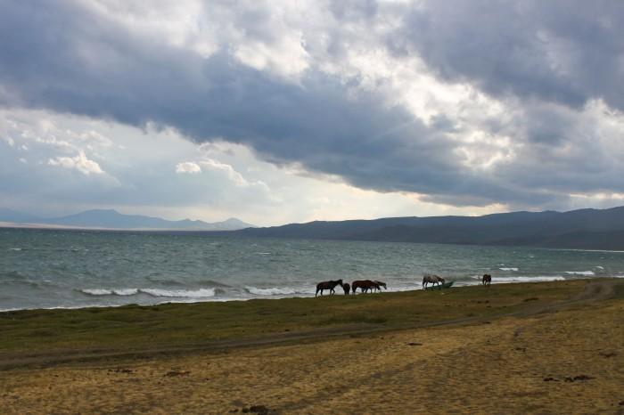 Le lac de Song-Kol par mauvais temps