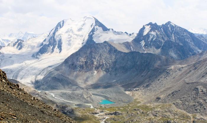 Le glacier et le petit lac en forme de coeur