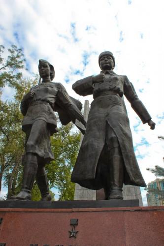 Deux héroïnes kazakhs de la seconde guerre mondiale