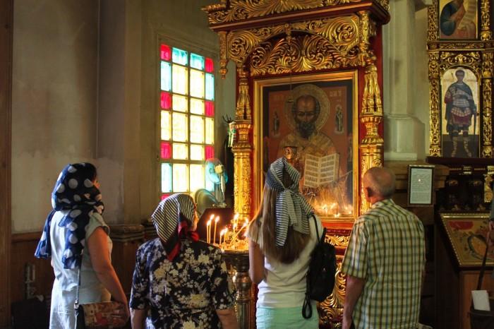 Prières dans une église orthodoxe à Almaty