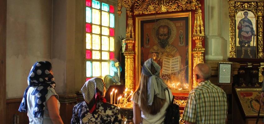 Prière devant les icônes à Almaty