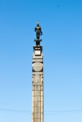 La statue de l'Homme d'Or à Almaty