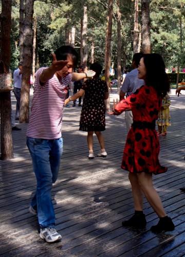 Danseurs dans le parc central d'Urumqi