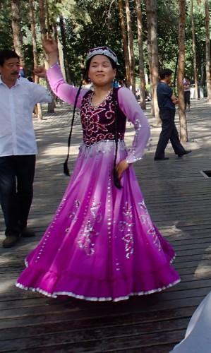 Danseuse Ouighour dans le parc central d'Urumqi