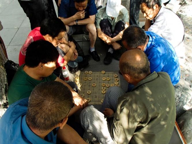 Joueurs d'échecs chinois dans le parc urumqi