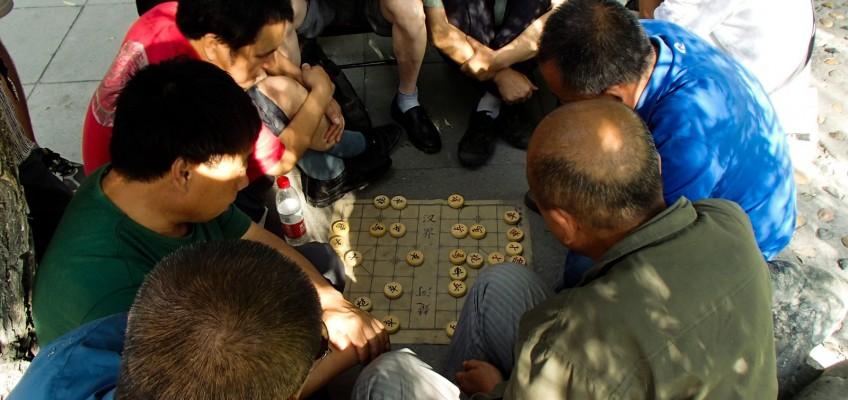 Joueurs d'échecs chinois dans le parc