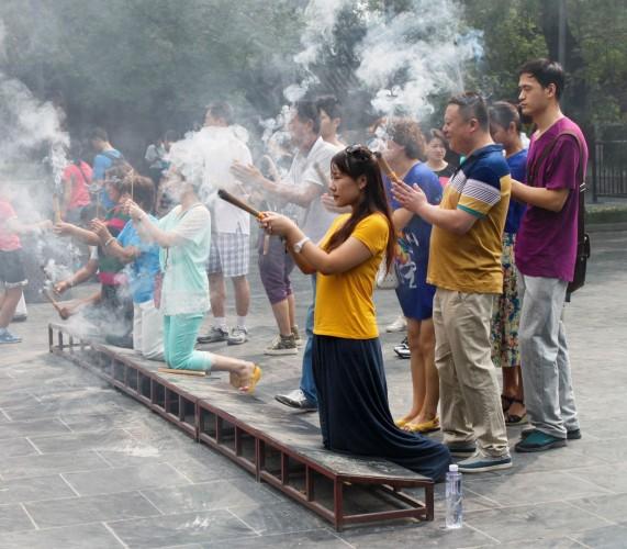 Prières au temple des Lamas à Beijing