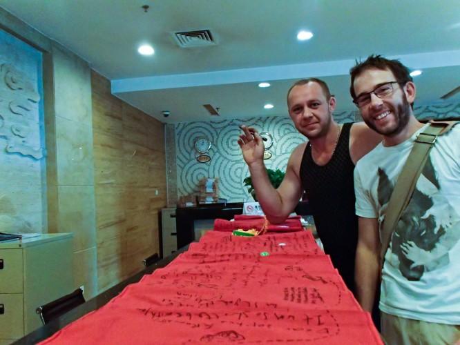 Sergey signe notre ruban