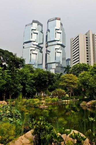 Gratte ciel dominant un parc à Hong Kong