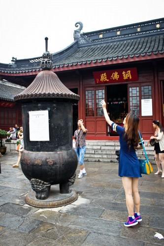 Le jeu du lancer de pièce dans un temple de Nanjing
