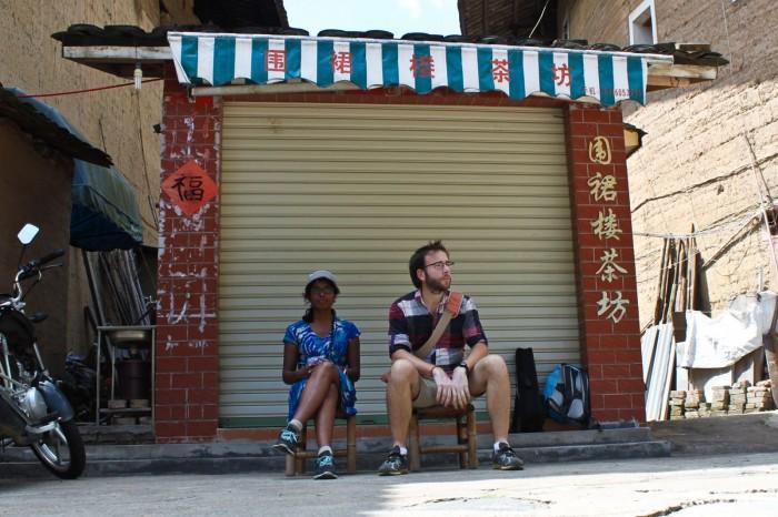 En attendant le bus au village Taxia
