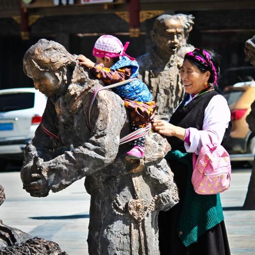 Habitante de Kangding avec un bébé