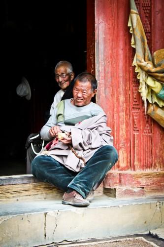 Tibétains à l'entrée d'un temple à Litang