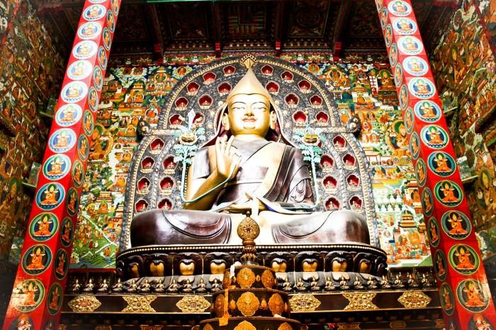 Grande statue de Shakyamuni au Gompa Chöde