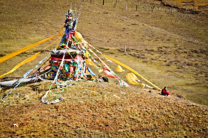Stupa sur une colline à Litang