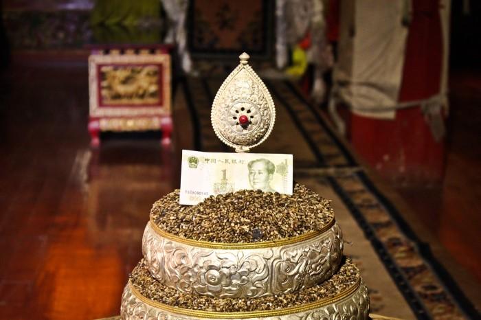 shangrila-mao-offrande-temple