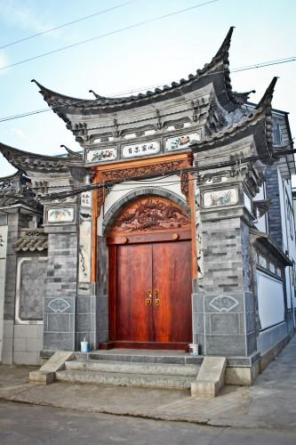 Porte d'une maison Bai près de Dali