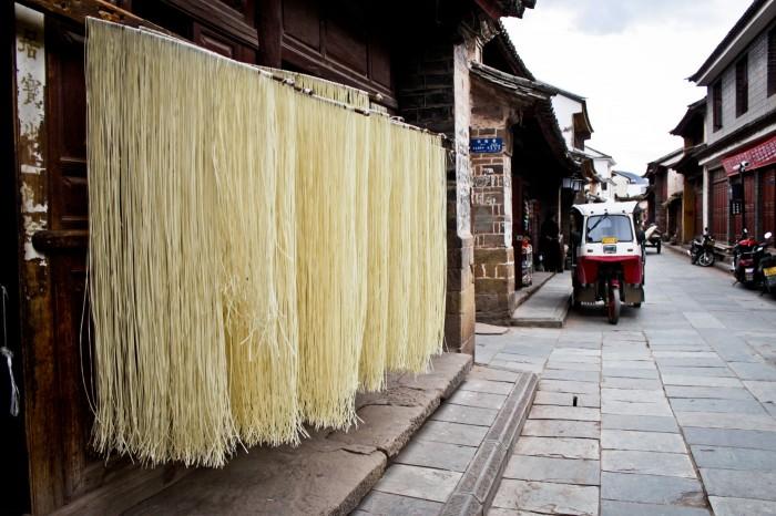 Nouilles séchant dans la rue à Weishan