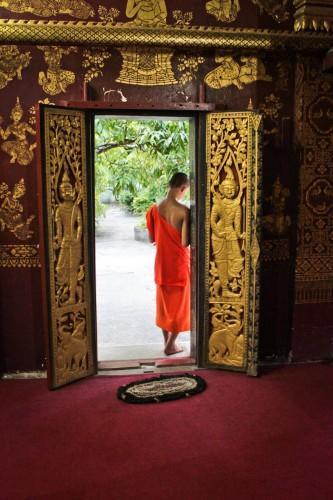 Moine dans un temple de Luang Prabang