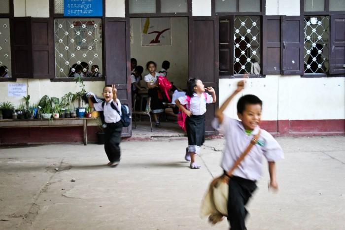La sortie des classes à Vientiane