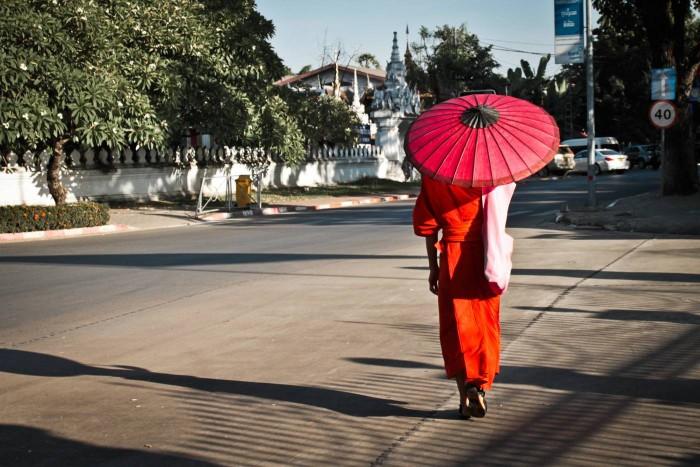 Moine dans les rues de Vientiane