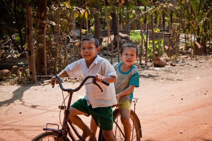 Hpa-An_petits_cyclistes