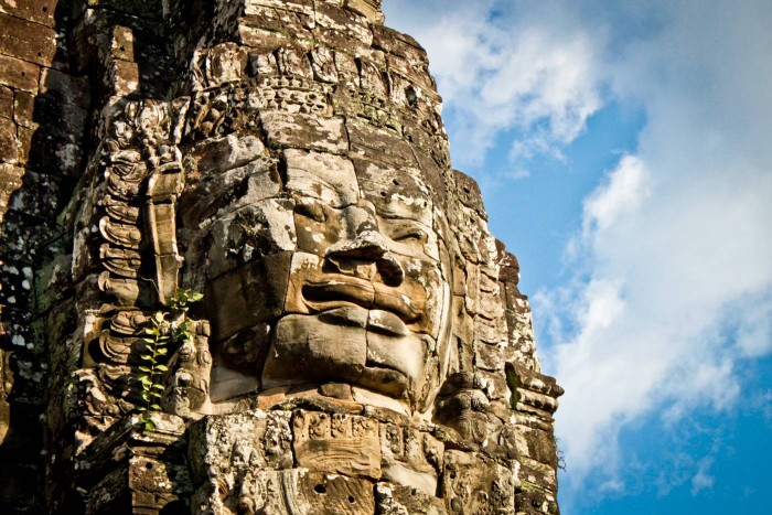 Un des visages énigmatiques du Bayon à Angkor