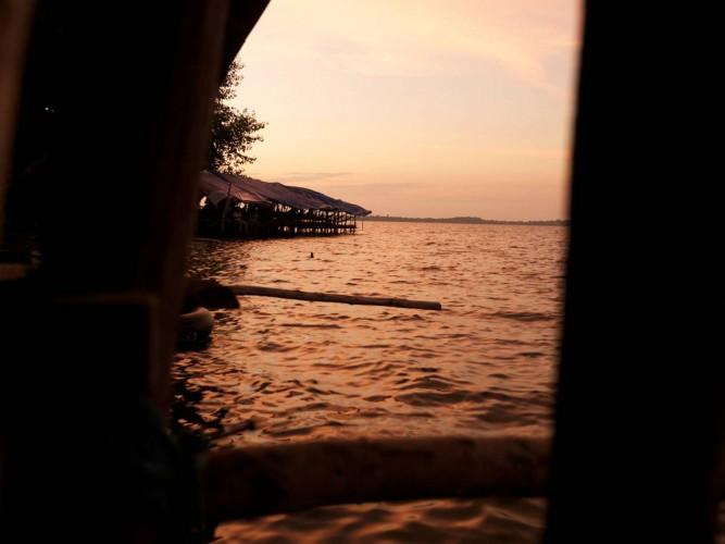Paillote sur les eaux du réservoir ouest à Angkor