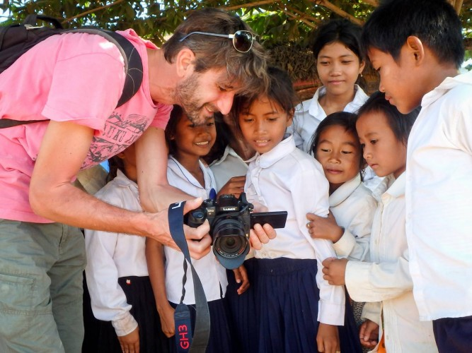 Damien et des écoliers