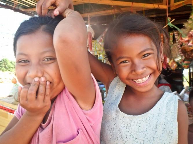 Enfants dans la campagne cambodgienne