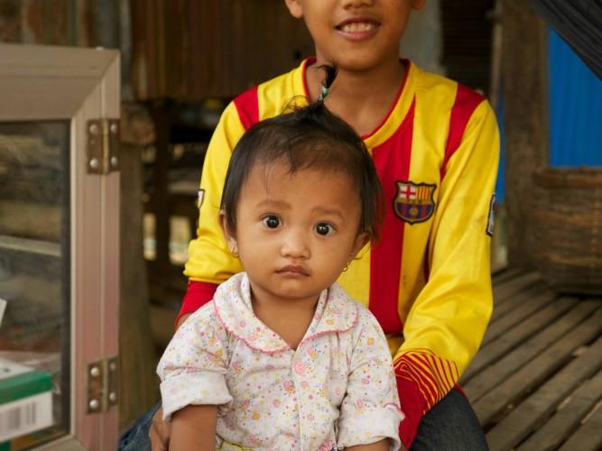 Bambin dans la campagne cambodgienne