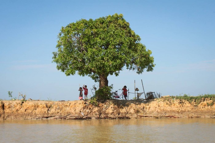 Enfants sur les bords du Tonlé Sap au Cambodge