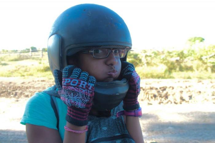 Sophie essaye le casque de moto de Romain
